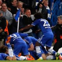 Jogadores do Chelsea comemoram vaga à semifinal após gol de Demba Ba (Foto: Reuters)