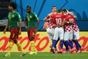 3408245136-croatas-comemoram-primeiro-gol-frente-camaroes-pelo-grupo-do-brasil-1367560812