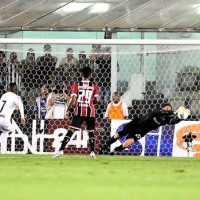 O nome do jogo, Rogério Ceni, defende cobrança de falta (Crédito de Imagem: Marcos Ribolli)